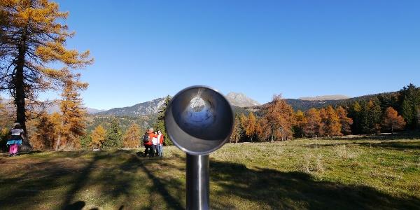 Fernrohre lenken den Blick auf die Berggipfel
