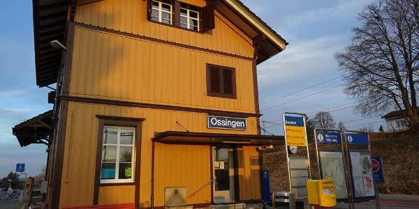 "0100 Start beim Bilderbuchbahnhof |47°36'52.4""N 8°43'27.4""E"