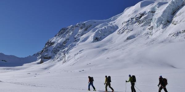 Unter den Hängegletschern des Mont Brulé