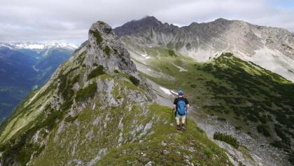 Erster Gratabschnitt zwischen Grubachspitze und Stallkarspitze (Bildmitte). Der mächtige Gratturm im Vordergrund kann auch südlich umgangen werden.