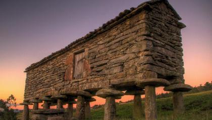 Die sogennanten Hórreos sind eine beliebte Touristenattraktion in Galicien.
