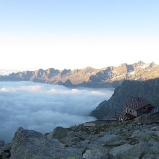 Refugio Gianetti über dem Nebelmeer
