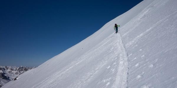 Kurz vor dem Skidepot steilt die Gipfelflanke des Piz Jeramias auf (30-35°)