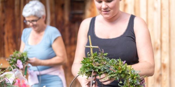 Blumenschmuckherstellung für Alpabtrieb bei der Vergaldaalpe