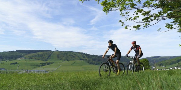 Zwei Radfahrer/Mountainbiker mit Blick auf Willingen