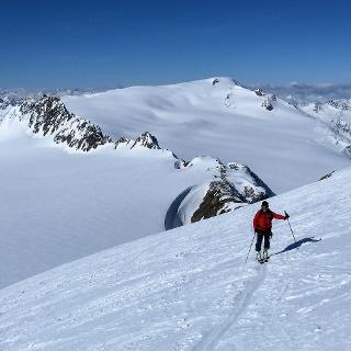 felsige Dahmannspitze und dahinter rechts Weißseespitze aus der Südflanke des Fluchtkogels