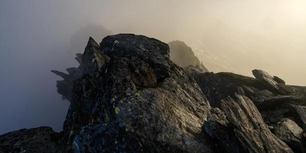 Nebel um umgibt die Hütte