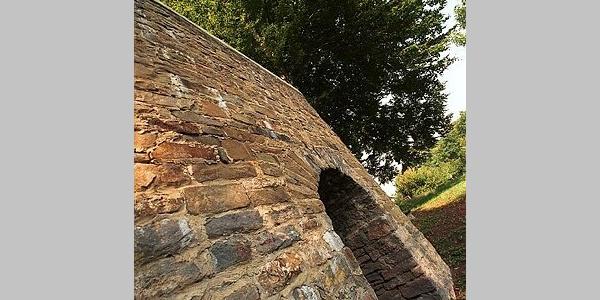 """Vor gut 500 Jahren nutzte man bereits diesen """"Kalkbrennofen"""" dazu, aus dem Kalkstein, der in der Umgebung abgebaut wurde, den vielseitig nutzbaren """"Branntkalk"""" herzustellen."""