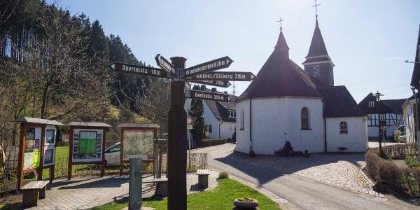 Wandertafel und Kirche in Arpe