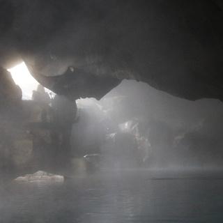 Dampf steigt vom warmen Wasser auf