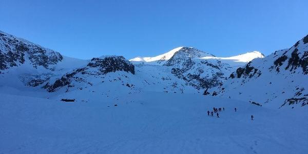 Im Aufstieg bestimmt das Gwächtenhorn das Panorama.