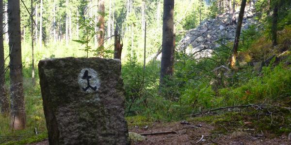 Markierung des Steinbruchwegs: ein Steinhauerzeichen