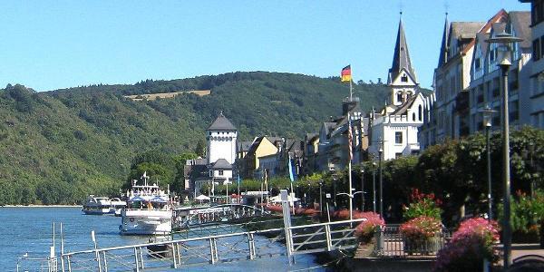 Blick entlang der Uferpromenade von Boppard rheinaufwärts zur Kurfürstlichen Burg