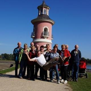 Vorm Leuchtturm in Moritzburg, der Guide lebe hoch 2
