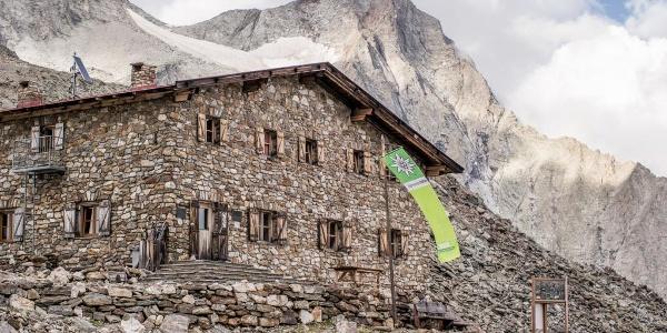 Rieserfernerhütte mit Magerstein im Hintergrund