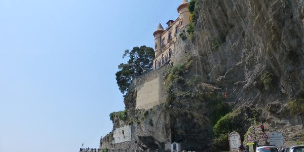 Die Amalfitana liegt direkt zwischen Küste und Fels