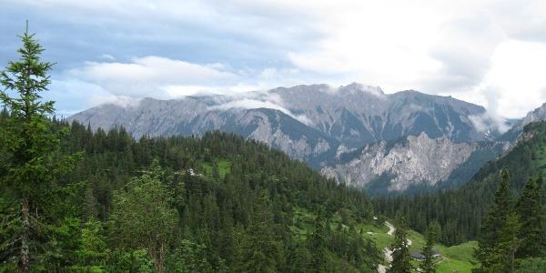 Blick zur Trenchtling, direkt unter mir die Senkbodenalm (20.07.2012)