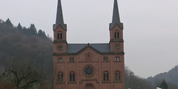 Markante Doppelturmfassade der Wilgartswiesener Kirche