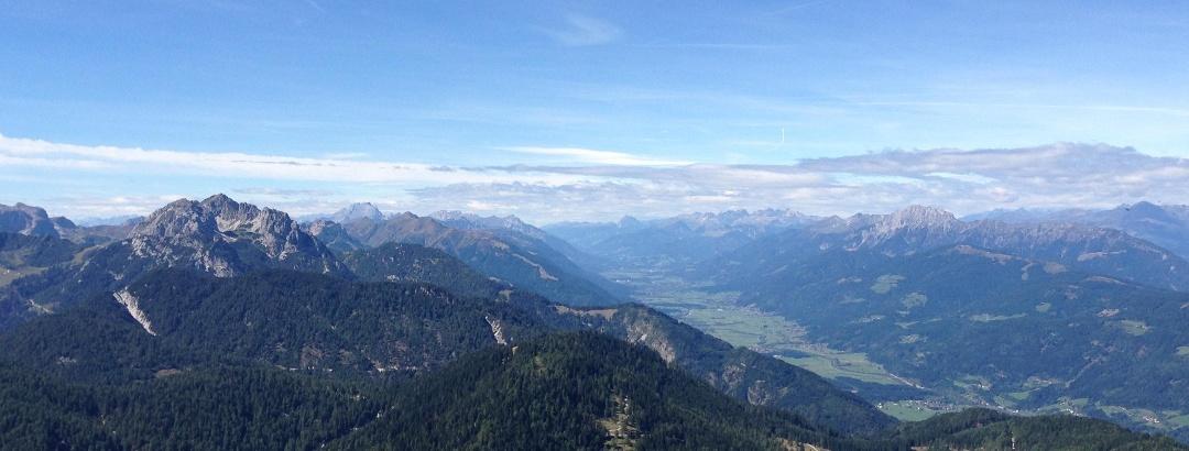 Ausblick vom Poludnig ins obere Gailtal mit den Karnischen und Gailtaler Alpen