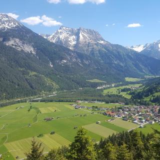 Aussicht auf die umliegende Berglandschaft