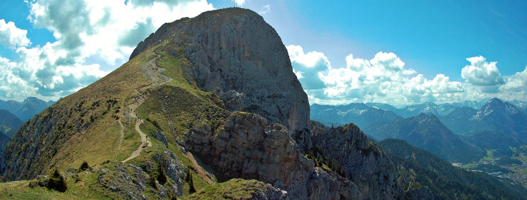 Blick von der Säulingwiese auf den Gipfel des Säulings