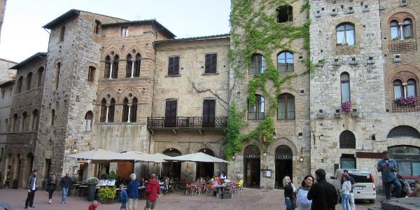 Reaching San Gimignano and its main piazza