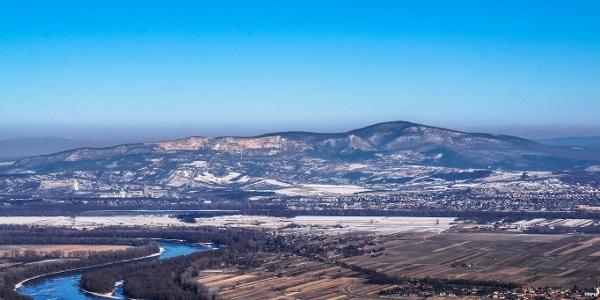 Ťažba vápenca vo svahu vrchu Naszály