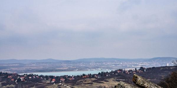 A háttérben Balatonfüred