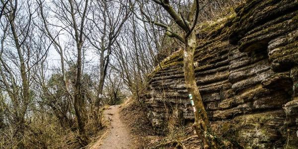 Már a sziklák alatt tekergő ösvény is látogatásra érdemes látványosság