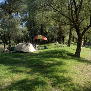 A kis sziget sátorral