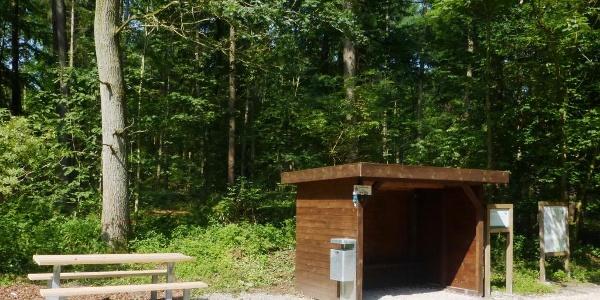 Schutzhütte und Picknickbank beim Parkplatz