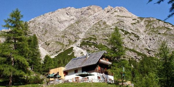 ÖTK-Schutzhaus auf der Kerschbaumer Alm, umgeben von den Lienzer Dolomiten