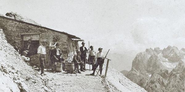 Bergsteigergruppe vor der Linder-Hütte des ÖTK anno 1900