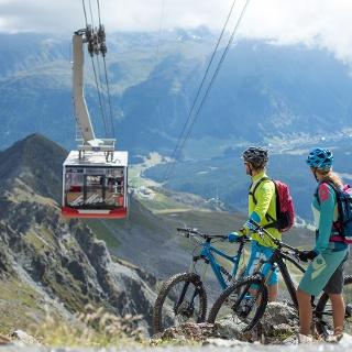 Biker mit der Piz Nair Gondel