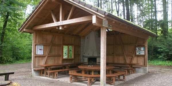 offene Waldhütte