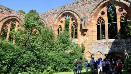 Gruppe Wanderer in der Klosterruine Birgittenkloster Gnadenberg