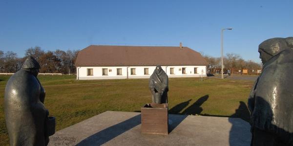 Három pásztor-szobor a Hortobágyi Pásztormúzeum előtt