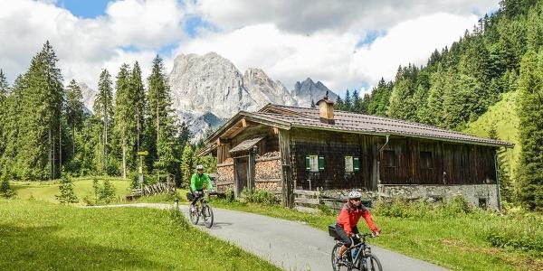 Mountainbiker am Hirschbichl bei der Tour rund um die Reiter Alm