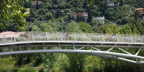 Die Radwegbrücke in Torbole, über den Sarca