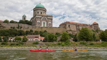 Háttérben az esztergomi Nagyboldogasszony- és Szent Adalbert-főszékesegyház