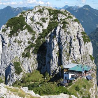 Tegernseer Hütte, dahinter der Buchstein (I-II)