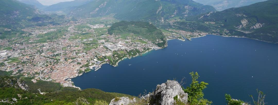 Blick vom Monti di Riva auf die Stadt Riva del Garda