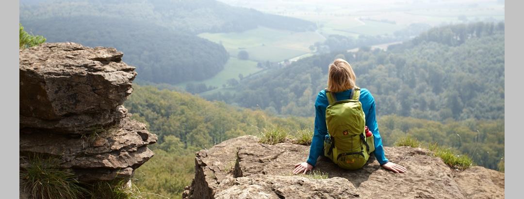 Wanderin genießt die Aussicht von den Hohensteiner Klippen