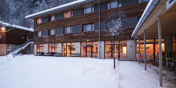 aussenansicht-fesnter-beleuchtet-jufa-hotel-montaf