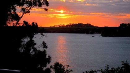 Sonnenaufgang über dem Fluss Ribadeo