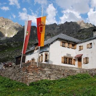 Tübinger Hütte im Abendlicht