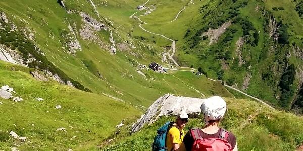 Abstieg zur Ravensburger Hütte mit Obere Wildgrubenspitze (oben rechts)