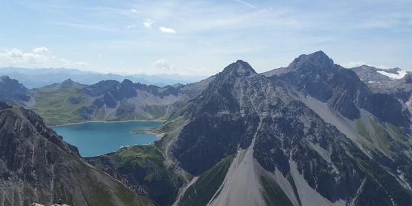 Blick vom Saulakopf zum Lünersee, rechts die Schesaplana (2.964 m)