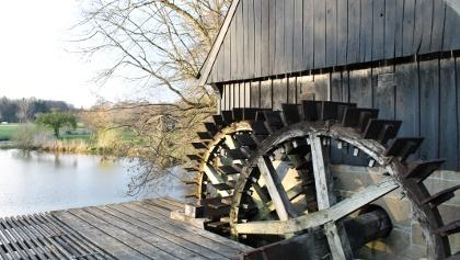 Die zwei Räder der Wassermühle