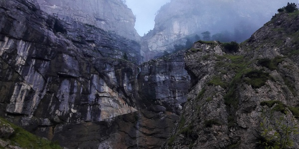 Der Beginn des Wasserfallwegs. Blick zum Wasserfall